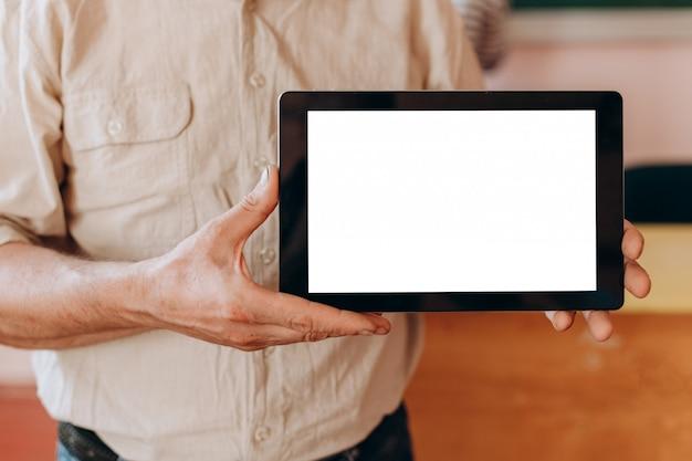 Leeres modell des weißen bildschirms machen herein hände Premium Fotos