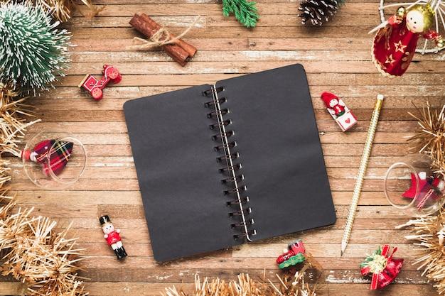 Leeres notizbuch auf holz mit weihnachtsverzierungen Premium Fotos