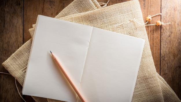 Leeres notizbuch mit bleistift Premium Fotos