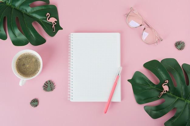 Leeres notizbuch mit stift auf rosa tabelle Kostenlose Fotos