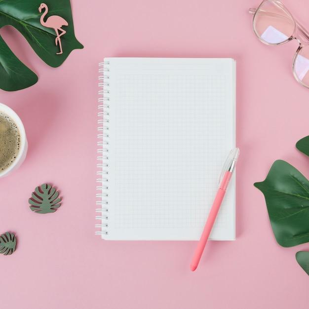 Leeres notizbuch mit stift auf tabelle Kostenlose Fotos