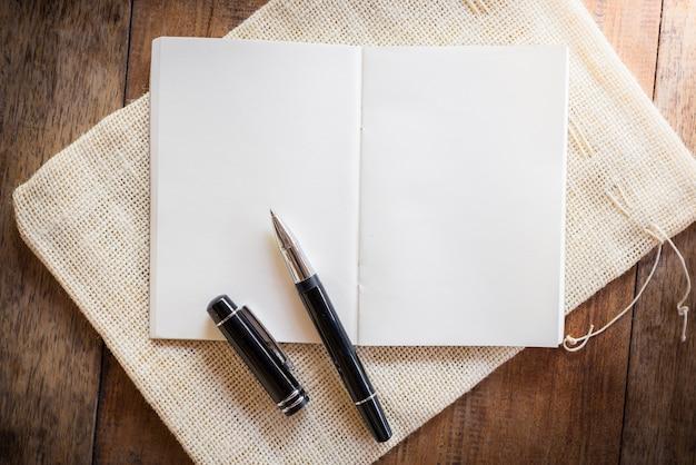 Leeres notizbuch mit stift Premium Fotos