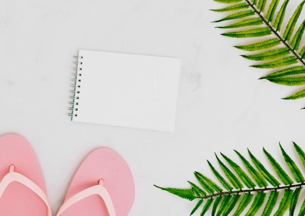 Leeres notizbuch mit tropischem palmblatt Kostenlose Fotos