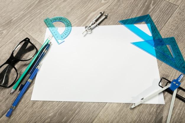 Leeres notizbuch und bleistift mit gläsern auf holztisch Premium Fotos