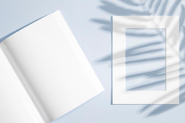 Leeres notizbuch und rahmen mit blattschatten Kostenlose Fotos