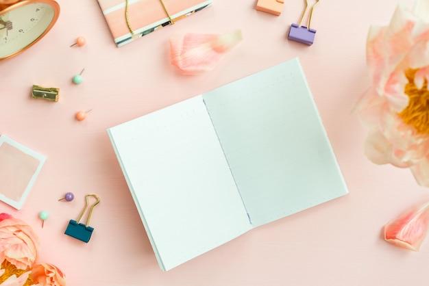 Leeres notizbuch zum schreiben von träumen und ideen, mit verschiedenen stat Premium Fotos