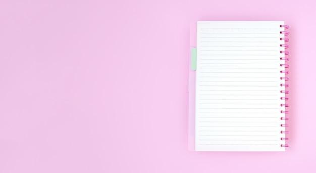 Leeres notizbuchpapier für text auf rosa hintergrund Premium Fotos