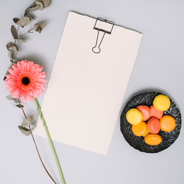 Leeres papier mit blume und keksen auf tabelle Kostenlose Fotos