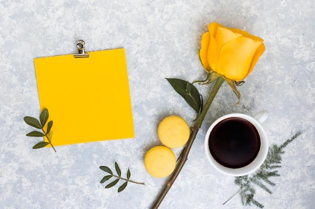 Leeres papier mit gelber rosafarbener blume und kaffee Kostenlose Fotos
