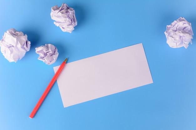Leeres papier mit zerknitterten papierkugeln Premium Fotos