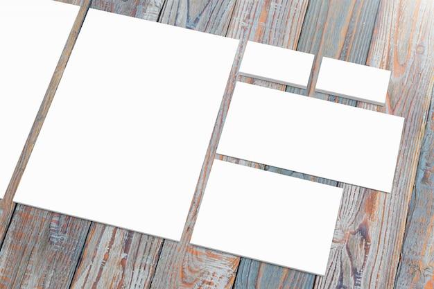 Leeres papierpapier auf holzschreibtisch gesetzt Kostenlose Fotos