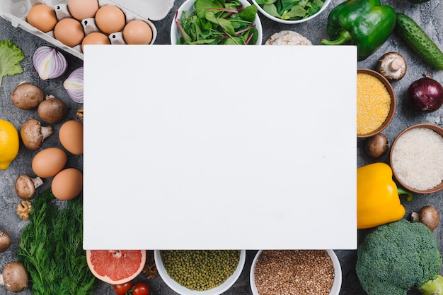 Leeres plakat über dem bunten gemüse; eier; früchte und hülsenfrüchte Kostenlose Fotos