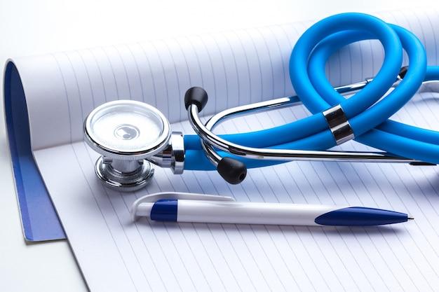 Leeres rezept auf tisch mit stethoskop liegend Premium Fotos