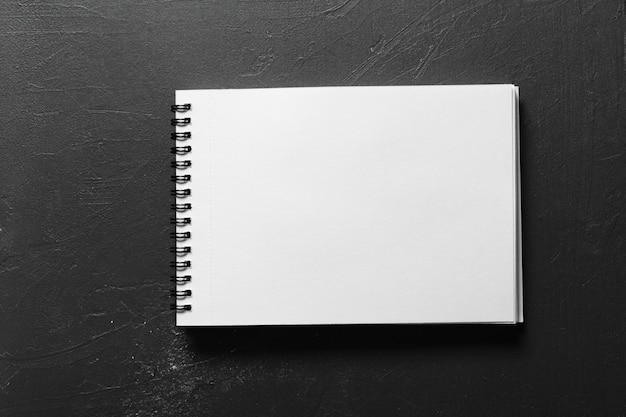 Leeres sketchbook mit den weißen seiten lokalisiert auf schwarzem Premium Fotos