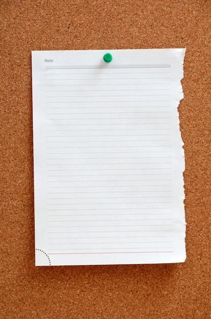 Leeres stück papier in corkboard festgesteckt Premium Fotos
