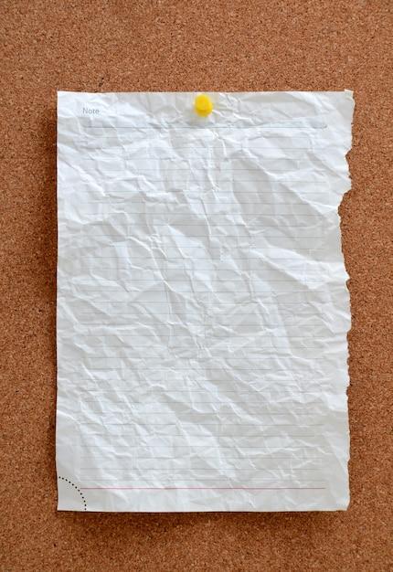 Leeres stück papier in pinnwand gesteckt Premium Fotos