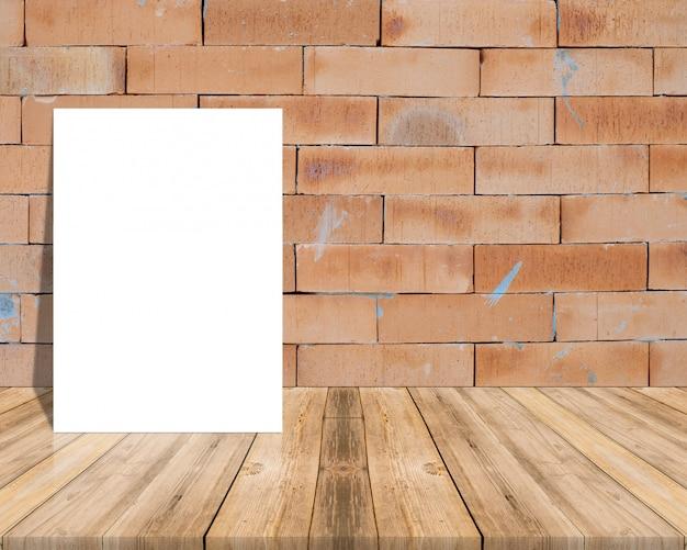 Leeres weißbuchplakat auf plankenbretterboden und -wand. Premium Fotos