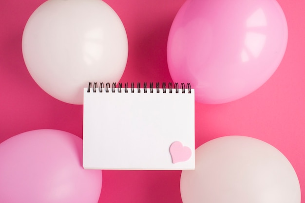 Leeres weißes papier für text, rosa und weiße luftballons Premium Fotos