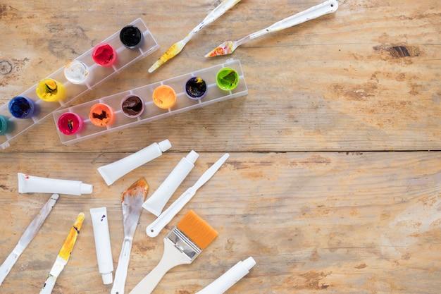 Legen sie verschiedene schreibwaren zum malen aus Kostenlose Fotos