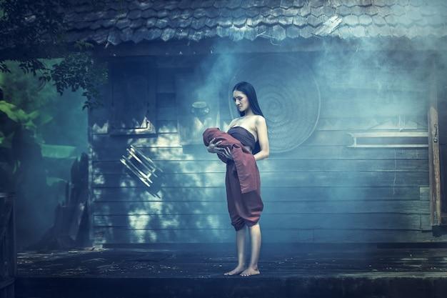 Legende von mae nak phra khanong. thailändisches geistkonzept, horrorszene der furchtsamen frau mit ihrem babygeist Premium Fotos