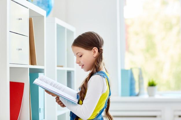 Lehrbuch lesen Kostenlose Fotos