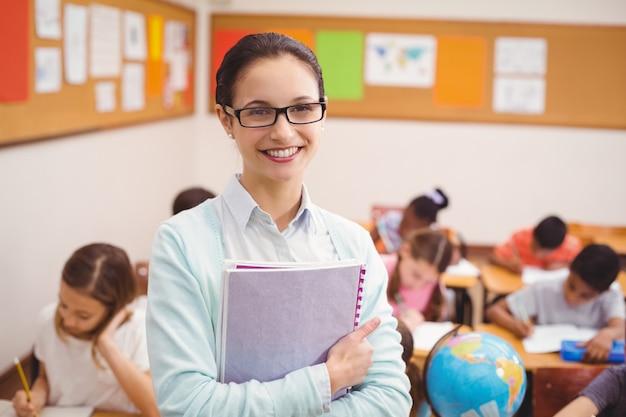 Lehrer, der an der kamera im klassenzimmer lächelt Premium Fotos