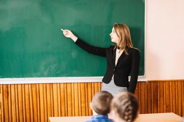 Lehrer erklären dem schüler etwas Kostenlose Fotos