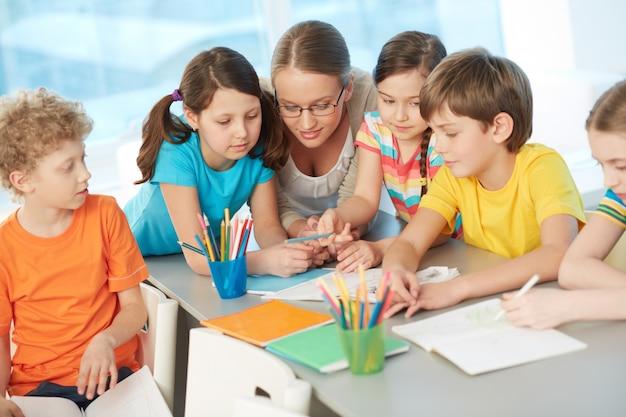Lehrer im gespräch mit studenten Kostenlose Fotos