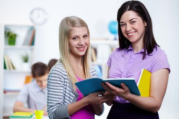 Lehrer lächelnd mit ihrem schüler Kostenlose Fotos