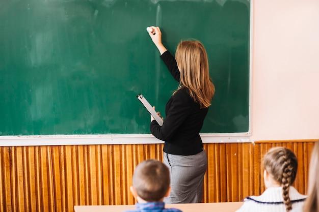 Lehrer schreiben mit kreide Kostenlose Fotos