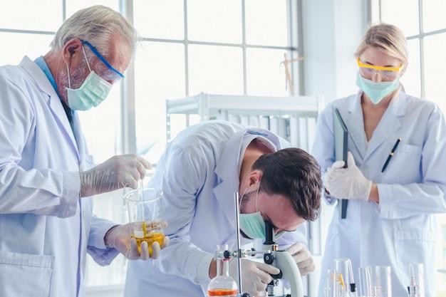 Lehrer und schüler arbeiten im team mit chemikalien im labor Premium Fotos