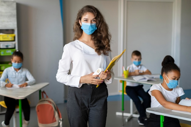 Lehrer und schüler tragen gesichtsmasken Kostenlose Fotos