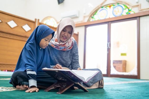 Lehrerin bringt ihrer schülerin das lesen des korans bei Premium Fotos