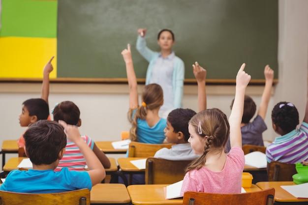 Lehrerin, die ihrer klasse eine frage stellt Premium Fotos