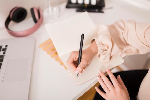 Lehrerin, die während des online-unterrichts etwas auf die tagesordnung schreibt Kostenlose Fotos