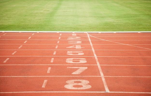 Leichtathletik track lane numbers und gras Premium Fotos