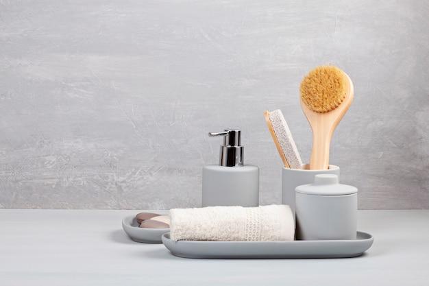 Leichtes graues keramikzubehör für bad Premium Fotos