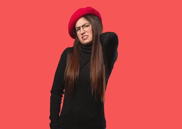 Leiden nackenschmerzen der jungen künstlerfrau Premium Fotos