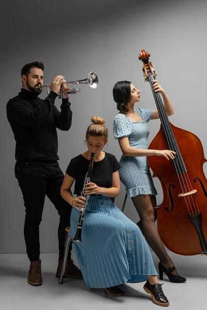 Leidenschaftliche musiker feiern den jazz-tag Kostenlose Fotos