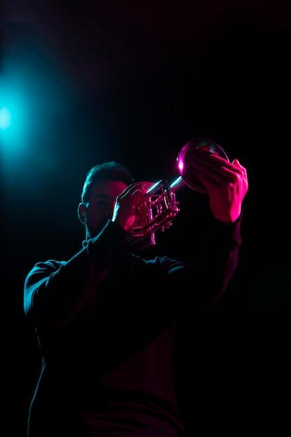 Leidenschaftlicher musiker feiert jazz day event Premium Fotos