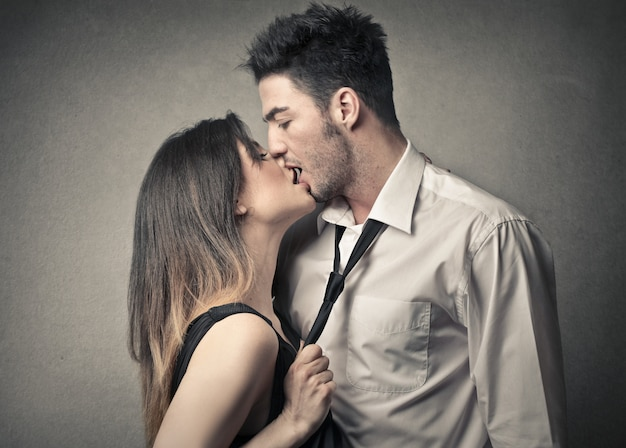 Leidenschaftliches küssendes paar Premium Fotos