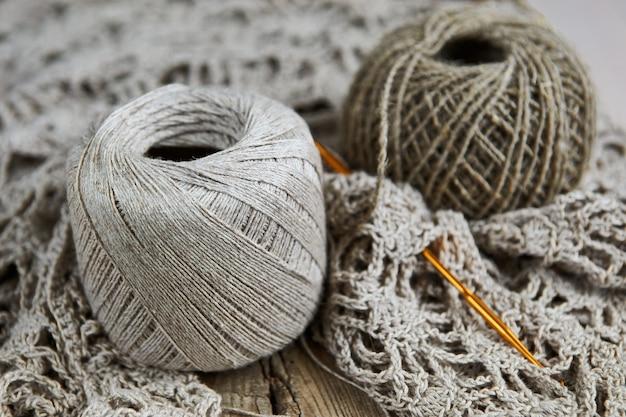 Leinenbällchen für das strickhandwerkskonzept Premium Fotos