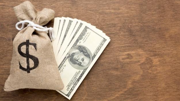 Leinensack mit geld und banknoten Premium Fotos