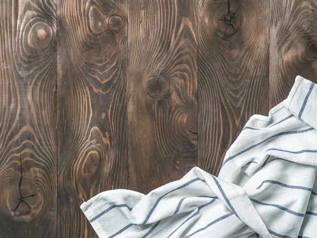 Leinenserviette auf holztisch, draufsicht, verspotten oben Premium Fotos