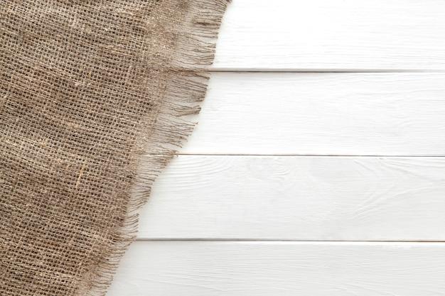 Leinwandbeschaffenheit auf weißem hölzernem hintergrund Premium Fotos