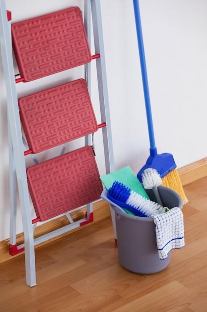 Leiter und reinigungsanlage auf bretterboden Premium Fotos