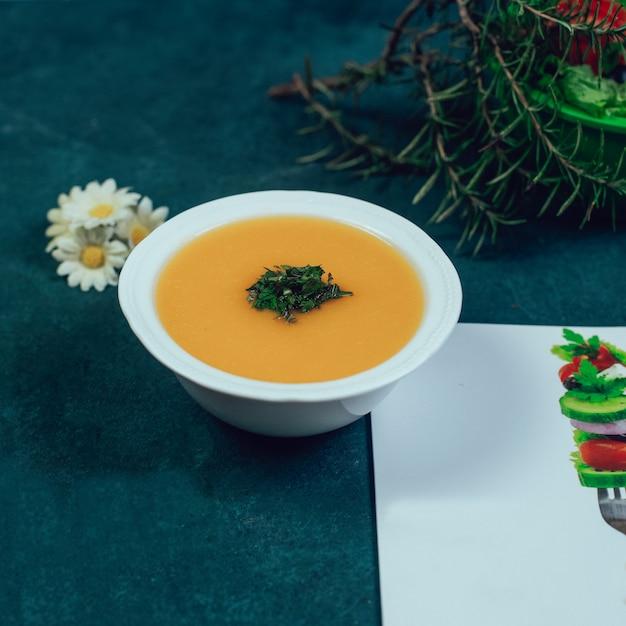 Lenitlsuppe mit gewürzen und rosmarin. Kostenlose Fotos