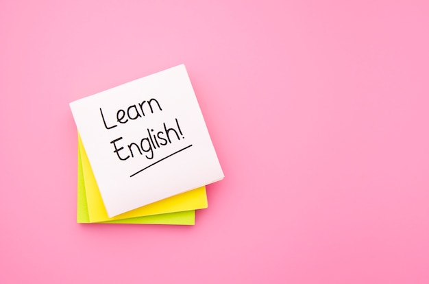 Lernen sie englisch haftnotizen auf rosa hintergrund Kostenlose Fotos