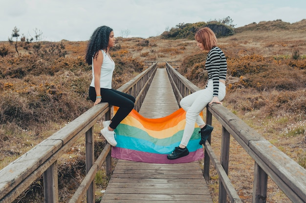 Lesben, die regenbogenflagge halten Premium Fotos