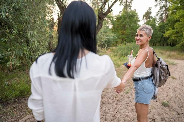 Lesbenpaar händchen haltend Kostenlose Fotos
